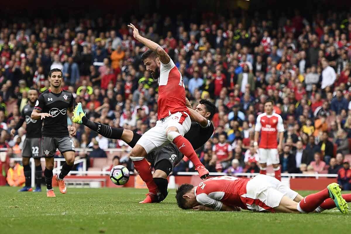 Olivier Giroud es agarrado por Jose Fonte