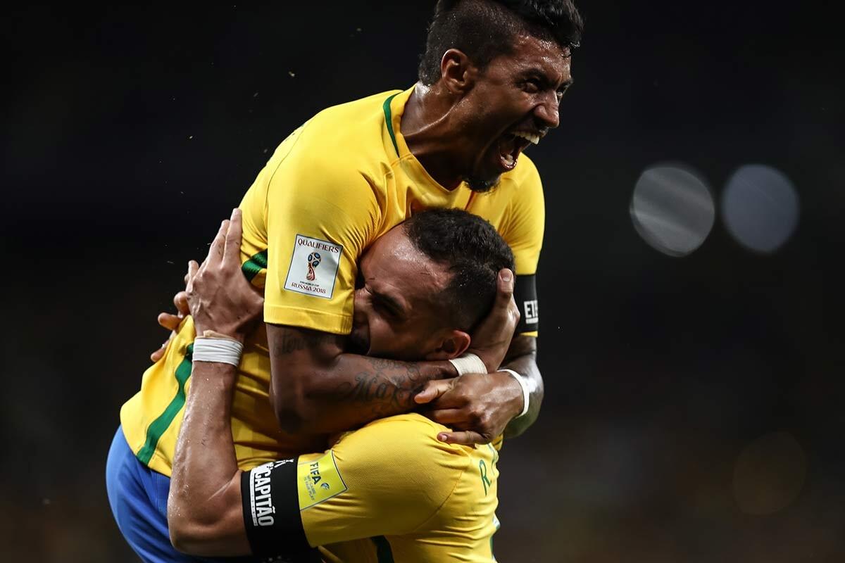 Renato Augusto y Paulinho, con Brasil