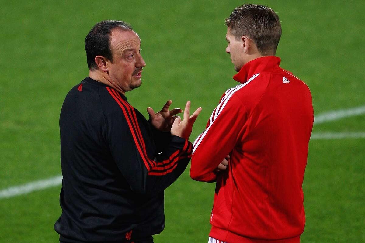 Steven Gerrard y Rafa Benítez