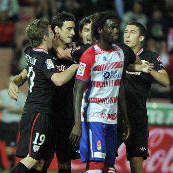 Jugadores del Athletic celebran un gol de Aduriz