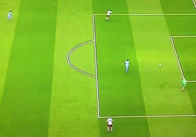 El increíble regalo del portero del Aston Villa a Agüero