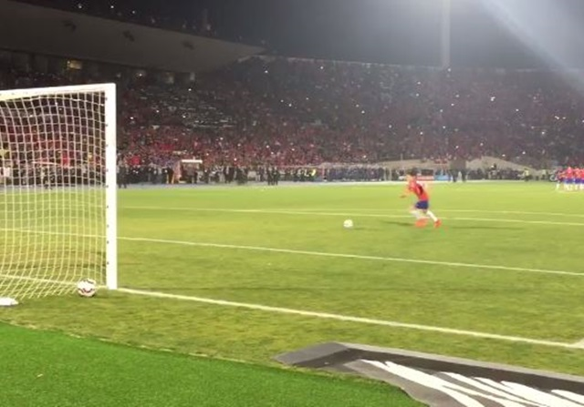 Así se vio penalti de Alexis a pie de campo