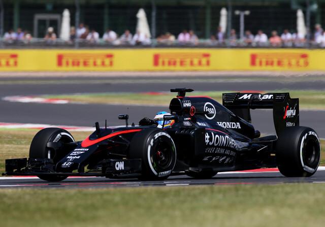 Hamilton se corona en casa; Alonso suma su primer punto