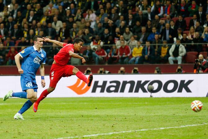 Bacca logra el póker para el Sevilla en la Europa League