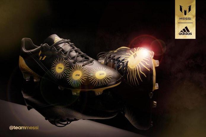 Foto: Las botas de Messi que conmemoran sus cuatro Balones de Oro