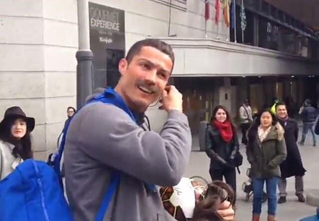 Cristiano Ronaldo, disfrazado, da una sorpresa a un niño en Madrid
