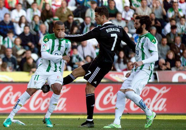 Cristiano Ronaldo da una patada a Edimar