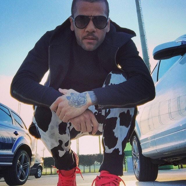FOTO. El look de pantalón vaca frisona de Dani Alves