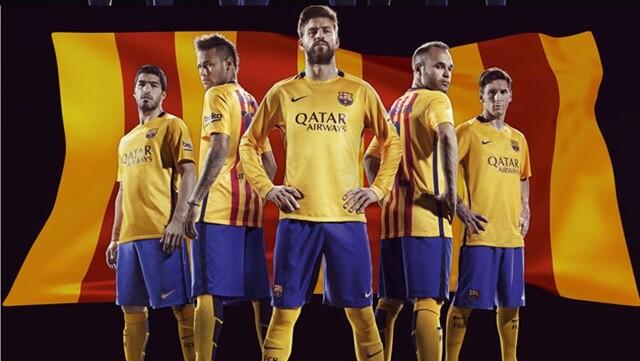 El FC Barcelona ha mostrado las nuevas equipaciones para la temporada 2015  16. Por primera vez en la historia en el equipo de fútbol 7a6a8c6308d