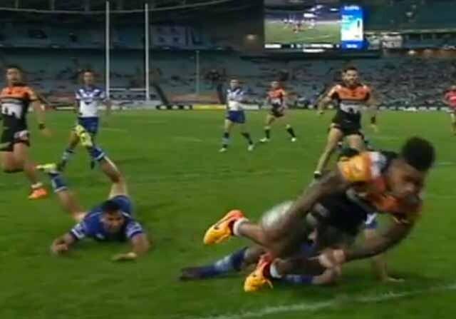 Impresionante pase de rugby en Australia