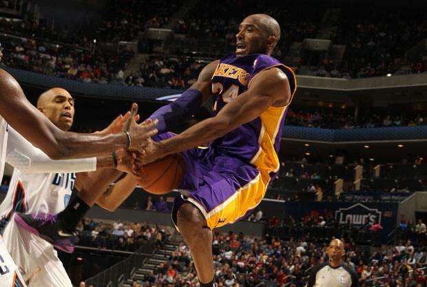 Primera victoria de los Lakers tras el regreso de Kobe
