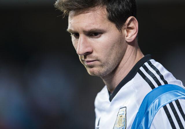 Messi sufre un traumatismo en el pie derecho