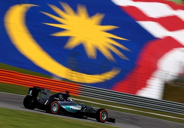 Hamilton domina los libres de Malasia con problemas mecánicos