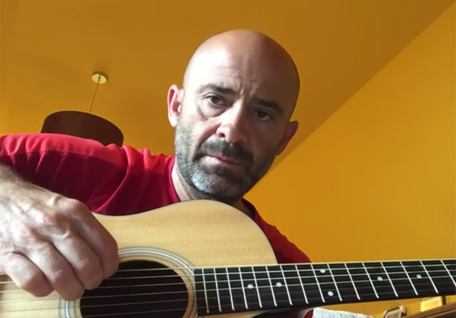 Antonio Lobato tocando la guitarra
