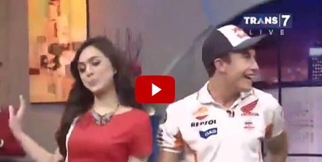 VÍDEO. Una presentadora indonesia le entra a Marc Márquez en directo