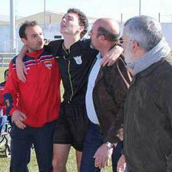 20 aficionados dan una paliza al árbitro en un partido de Provincial