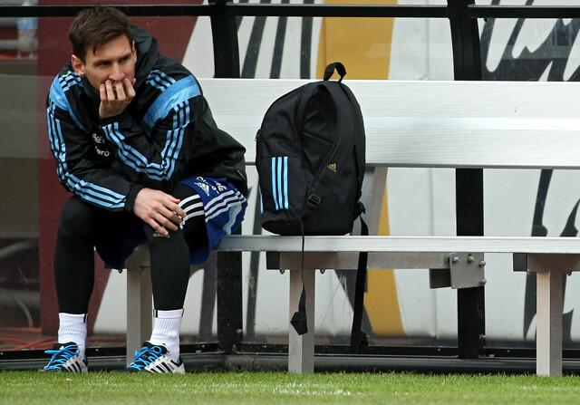 """""""Messi se pone los botines y le duele"""""""