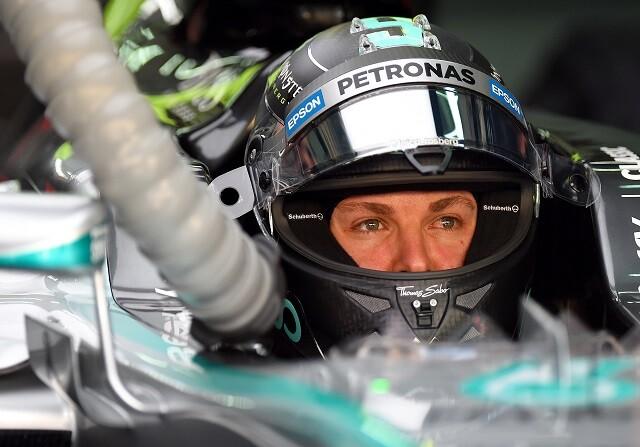 Nico Rosberg pilota con una compresa en la frente