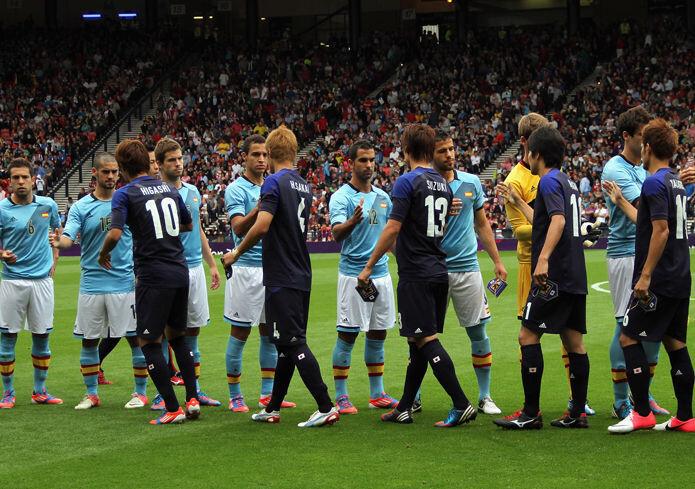 La selección española olímpica saluda a los jugadores japoneses