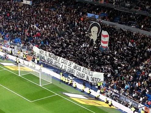 Iker Jiménez y una pancarta del Bernabéu