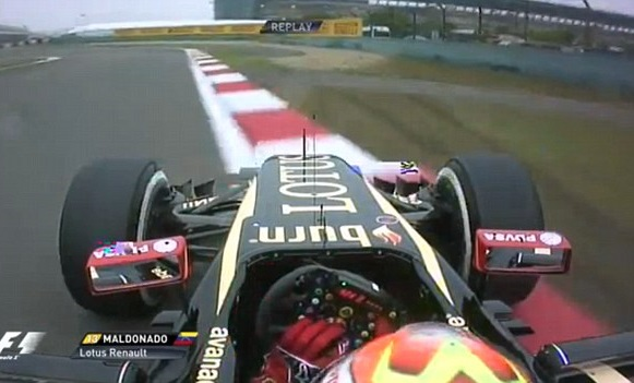 FOTO. Maldonado se sale de pista por ir tocando botones del volante
