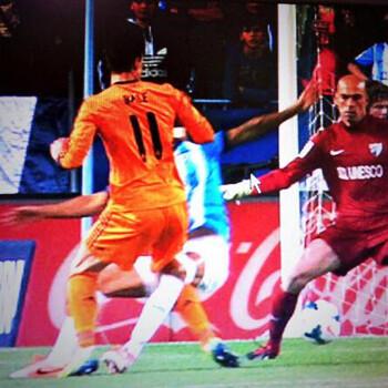 Foto. El penalti no pitado a Bale