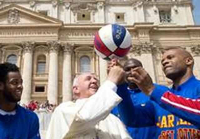 El Papa Francisco hace malabarismos con los Globetrotters