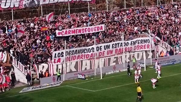 FOTO. Pancarta en Vallecas dedicada a Carmen, la anciana a la que iban a desahuciar