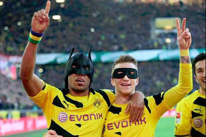 Dos jugadores se disfrazan de Batman y de Robin