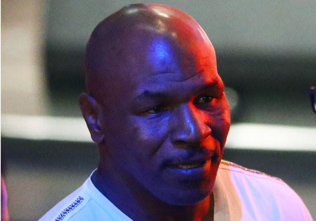 Tyson le pega un codazo por ser demasiado efusivo para hacerse una foto