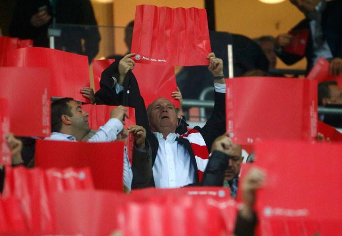 Uli Hoeness, presidente del Bayern, también participó en el mosaico del Allianz Arena