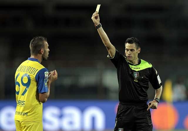 Arbitro italiano sacando una tarjeta