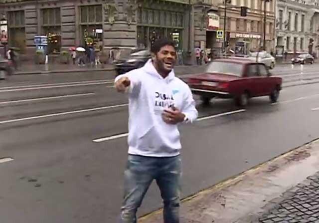Hulk baila en la ciudad de San Petersburgo
