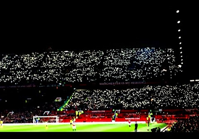 Los fans del Middlesbrough iluminan Old Trafford