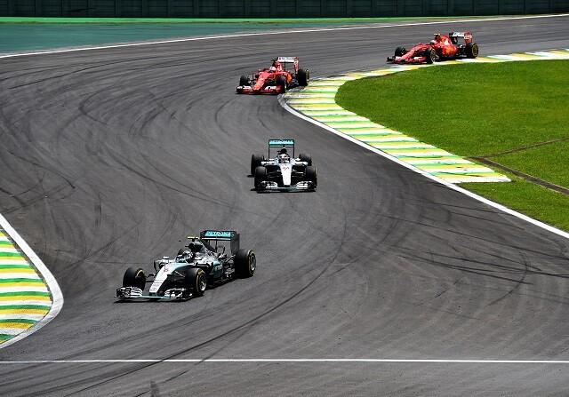 Mercedes y Ferrari durante el GP de Brasil de 2015