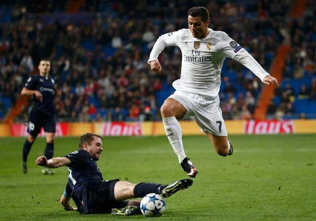 Cristiano regateando a un rival con el Real Madrid