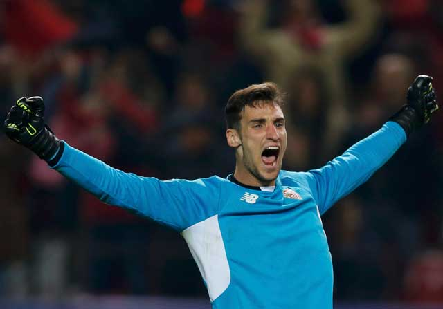 Sergio Rico celebrando un gol del Sevilla