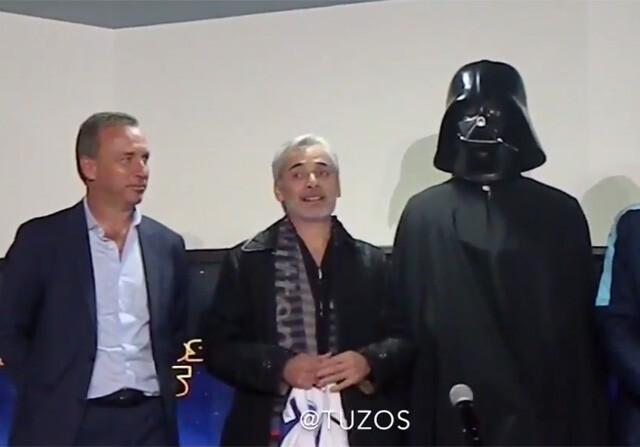 Omar González disfrazado de Darth Vader