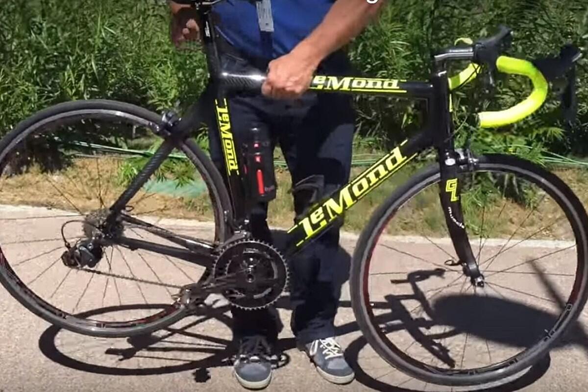Greg LeMond enseña una bici motor