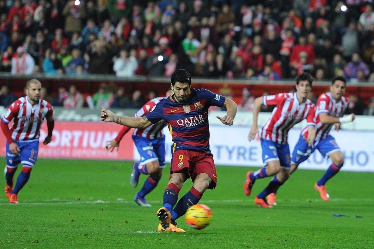 Luis Suárez lanza un penalti contra el Sporting de Gijón