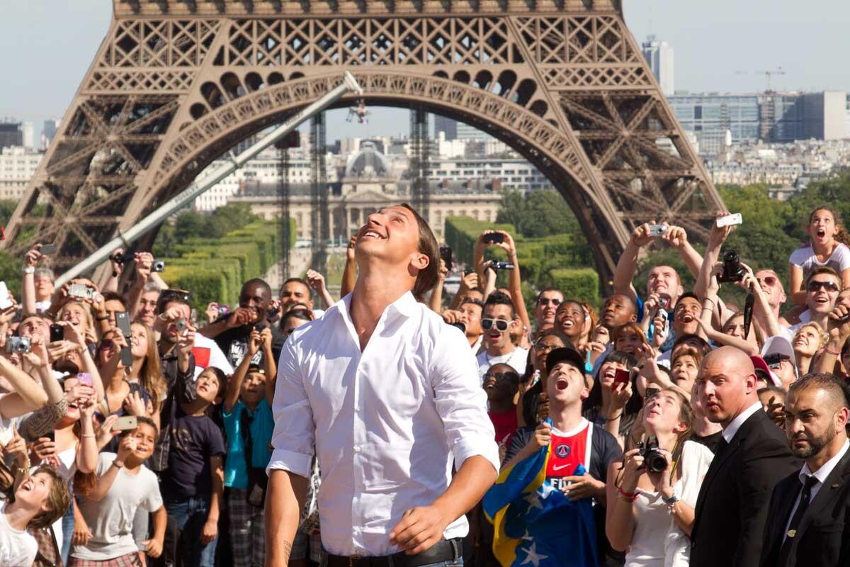 Zlatan Ibrahimovic pide que cambien la torre Eiffel por una estatua suya