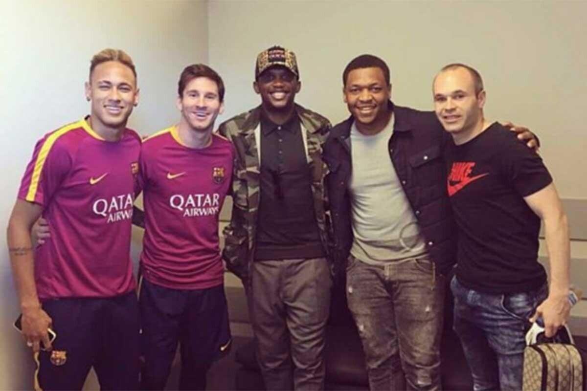 Samuel Eto'o visitó a los jugadores del Barcelona tras la derrota ante el Valencia