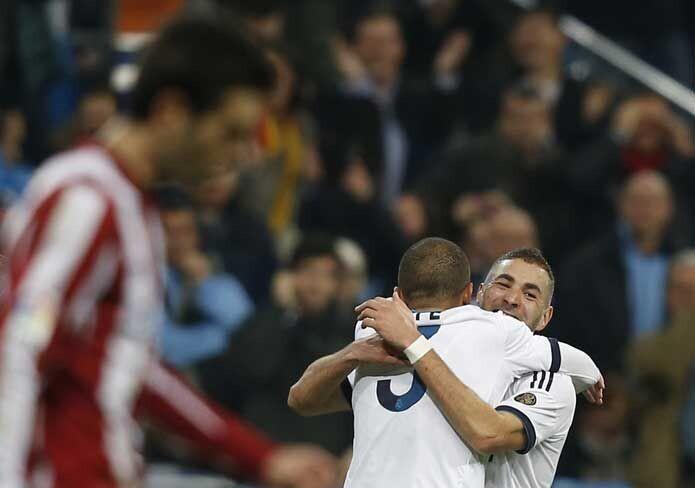 Karim Benzema se abraza a Pepe en el Real Madrid-Athletic
