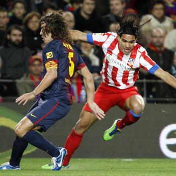 Falcao y Puyol en el Barcelona - Atlético