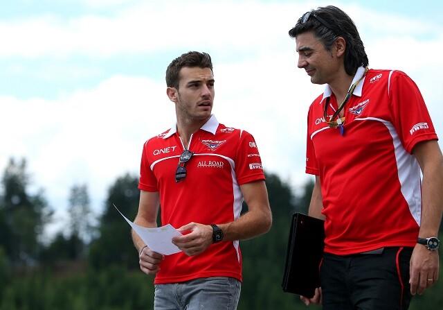 Jules Bianchi con un miembro de Marussia