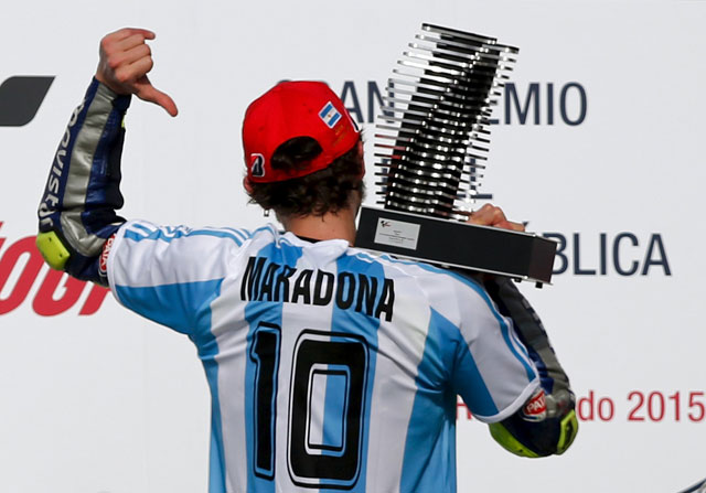 Valentino Rossi con la camiseta de Maradona