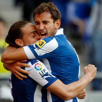 Sergio García, autor de la asistencia, abraza a Stuani, autor del gol